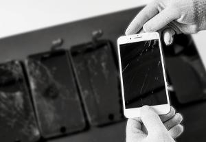 Komsa: Reparaturservice für Displayschäden und defekte Akkus