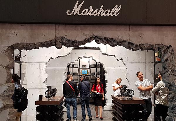 Marshall überzeugt die Messebesucher auch mit diesem ungewöhnlichen Messestand.