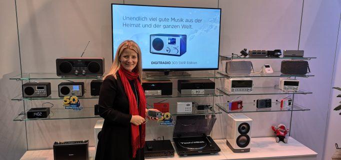 Marketingleiterin Stefanie Schüler stellt die TechniSat DAB+ Radios vor