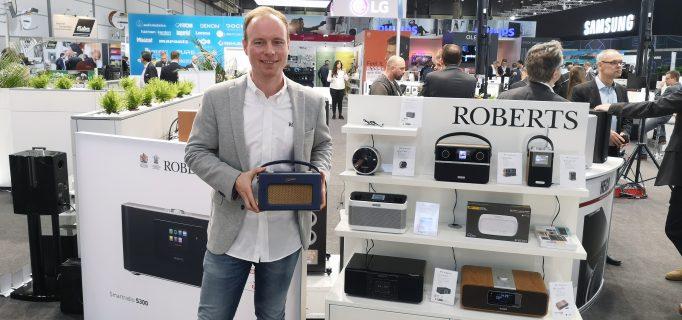 Valentino Hatterscheid am Stand von Roberts Radio