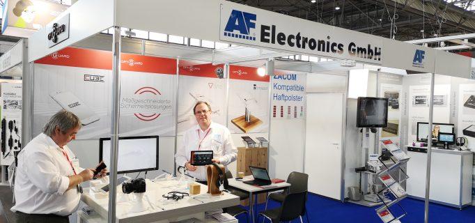 AF-Geschäftsführer Andreas Fleige demonstiert TV-Größenvergleich am Tablet