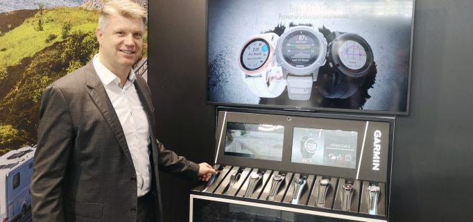Manager Sales Mathias Paul zeigt das Garmin-Verkaufsdisplay mit Lift-and-Learn-Funktion. Foto: ju