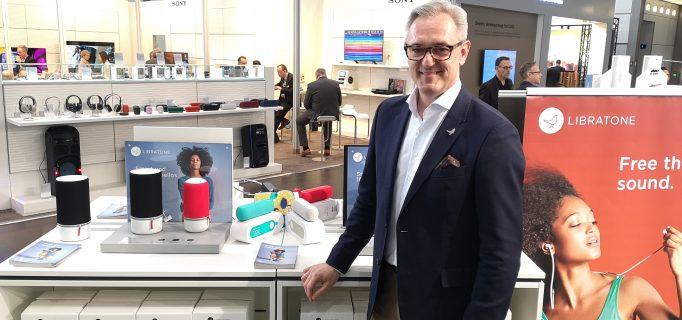 Libratone Regional Director Christian-A. Müller stellt das Zipp 2 und Zipp Mini 2 vor