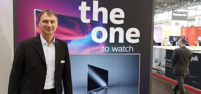 """Geschäftsführer Henrik Köhler mit dem neuen Marketingkonzept """"The One"""" für Philips TV"""