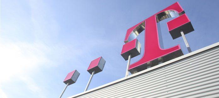Telekom-Logo auf Dach der Zentrale