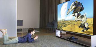 Junge spielt auf LG OLED TV CES 2020. Foto: LG