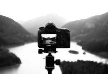 Fotokamera nimmt Landschaft auf. schwarz weiß. Foto: Pixabay