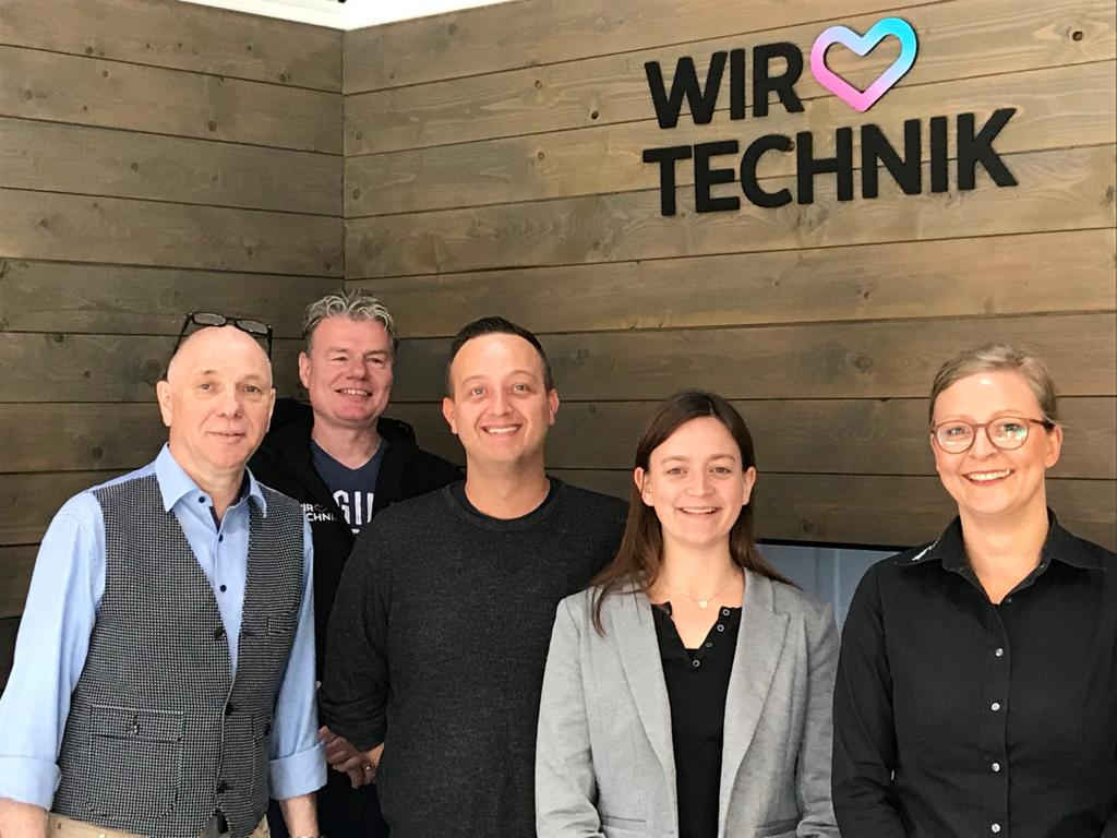 Filialleiter Jochen Hilger links mit Team. Foto: Brömmelhaupt