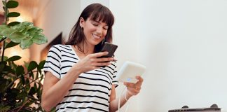 Frau richtet Homematic IP Acess Point ein. Foto: Homematic IP