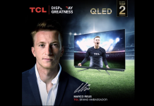 TCL Markenbotschafter 2020 Marco Reus mit OLED-TV. Foto: TCL