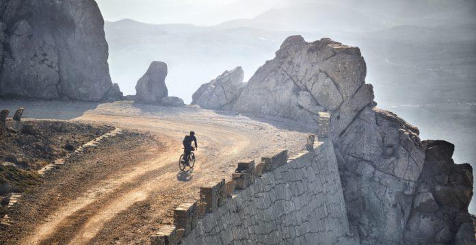 Garmin Lifestyle. Biker auf Hochstraße in den Bergen. Foto: Garmin Deutschland