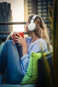 Blonde Frau mit JBL Kopfhörern
