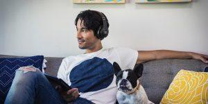 JBL Kopfhörer, Mann mit Hund