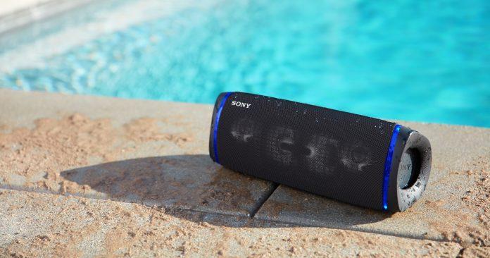 XB43 wasserfester Bluetooth Lautsprecher von Sony, Bild am Pool
