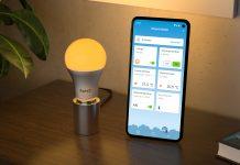 LED-Licht Fritz Dect 500 mit orangenem Licht und Fritz App Smart Home auf dem Handy