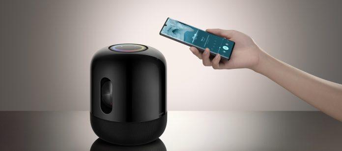 Huawei Sound X: Smart Speaker mit Hand, die ein Smartphone hält