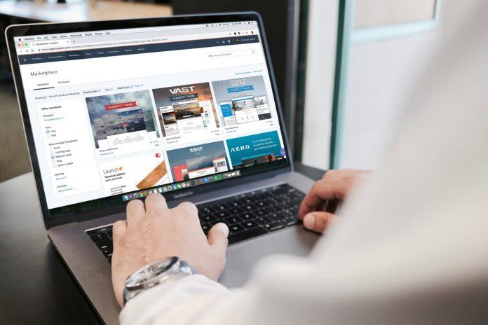 Online-Marktplatz auf Laptop