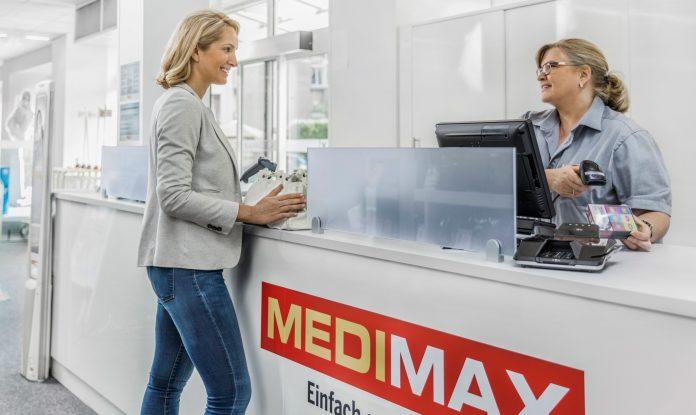 Medimax Frau an der Kasse