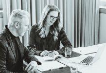 Videokonferenz: Mann und Frau vor Notebook