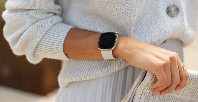 Fitbit Sense am Handgelenk einer Frau