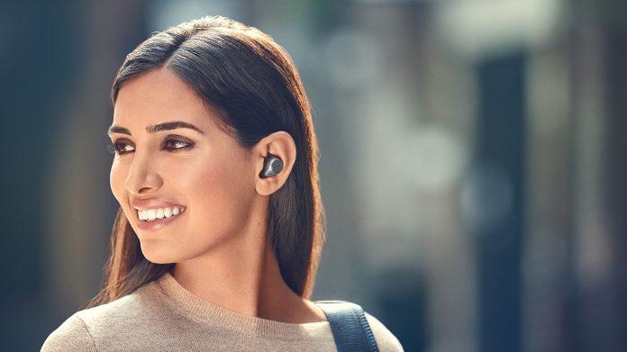 Jabra Elite 85t: Frau mit True Wireless Kopfhörer