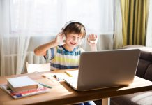 Homeschooling, Kind vor Notebook am Schreibtisch