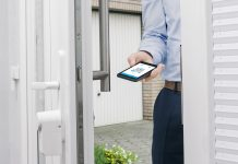 Eqiva Türschlossantrieb: Mann öffnet Tür per Smartphone