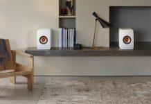 KEF LS50 Wireless II, weiße Lautsprecher im Wohnzimmer