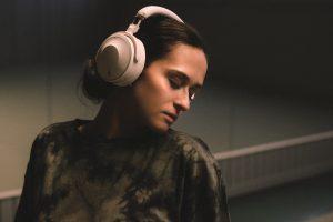 Yamaha Over-Ear YH-E700A, Frau mit Kopfhörern