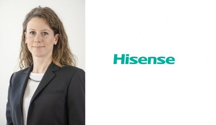 Hisense Logo und Carola Werle. Foto: Hisense