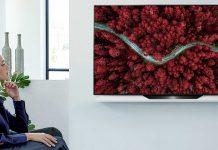 LG OLED BX Gallery, Frau vor Fernseher