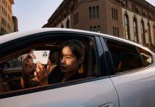 Oppo Find X3 Pro 5G, Frau im Auto