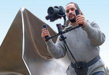 Mann mit Kamera-Gimbal und Steadify