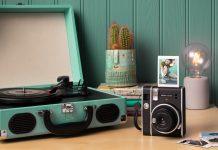 Fujifilm instax mini40 - Sofortbildkamera steht auf Tisch