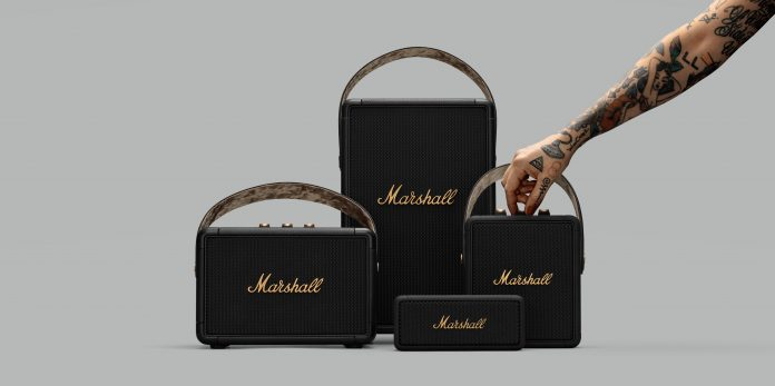 Marshall Speaker-Familie im Black-and-brass-Design mit tätowiertem Arm
