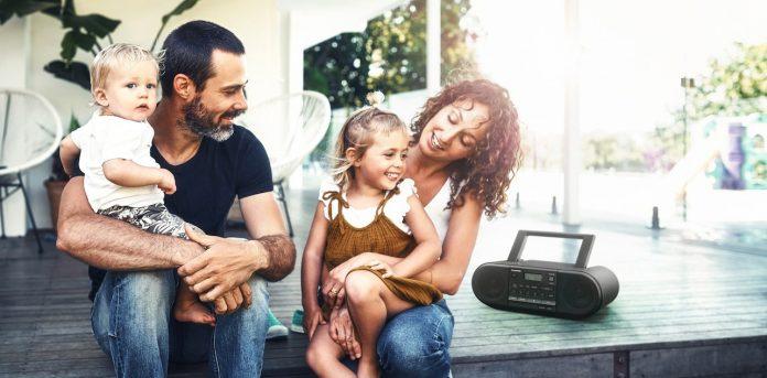 Panasonic CD-Radio-RX-D500 mit junger Familie