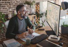 Samsung Smart Monitor Lifestyle-Bild Mann vor Monitor