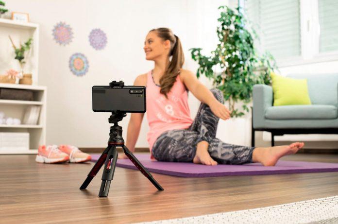 Smartphone-Stativ von Hama - Frau auf Yoga-Matte