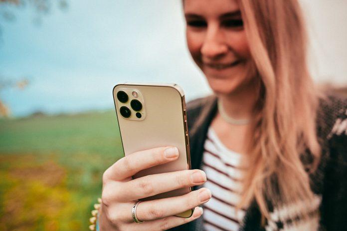 hepster-Imagebild - Frau mit iPhone 12