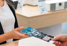 Wertgarantie-Flyer Fachhändler übergibt an Kundin