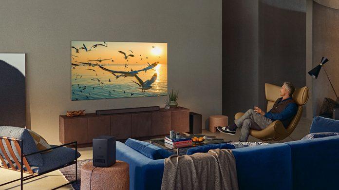 Samsung Soundbar HW-Q950A - Mann sitzt im Wohnzimmer vor Fernseher