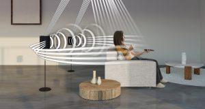 Samsung Soundbar HW-Q950A mit separaten Rücklautsprechern - Klangwellen wabern durchs Zimmer während eine Frau auf der Couch sitzt