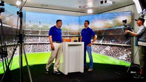 ESC kompakt 2021 -zwei Menschen stehen im virtuellen Stadion