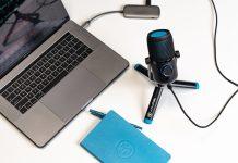 JLab Talk Mikrofon auf Tisch neben Notebook und Festplatte