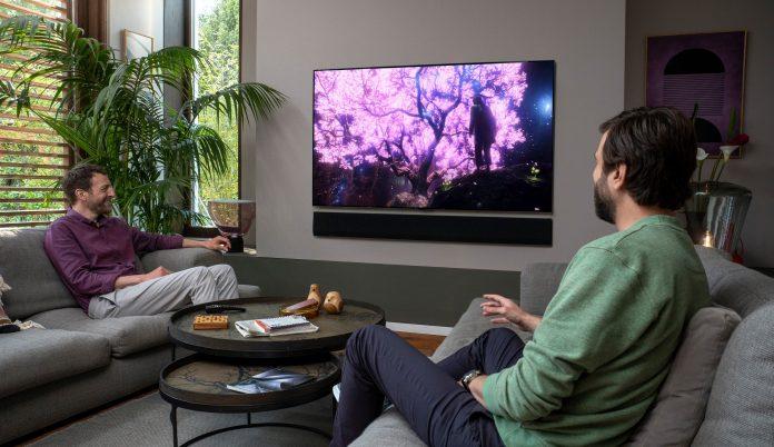 LG-Kamapgne Smart Good Life, zwei Männer sitzen auf Couch vor OLED-Fernseher