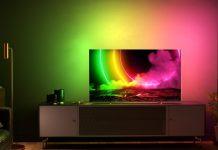 Philips OLED 806 mit Ambilight, Fernseher steht auf Sideboard im Wohnzimmmer