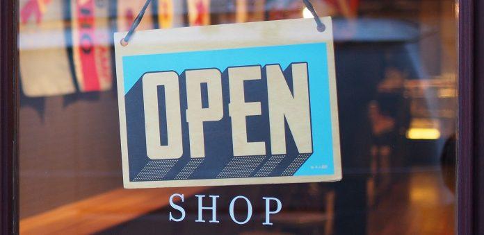 Schild Open an Ladentür