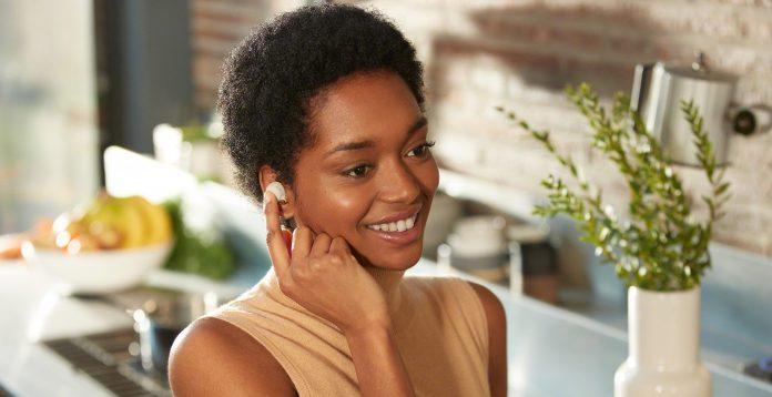Sony True Wireless WF-1000XM4 mit TouchControl - Frau fasst mit Hand an ihren Ohrhörer