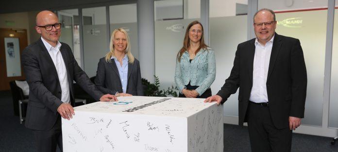 Vierergruppe 30 Jahre Ansmann Vorstand Aufsichtsrat und Familie