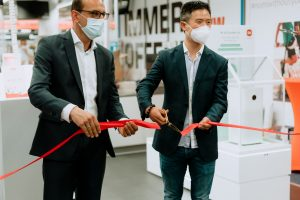 Xiaomi Country Manager Alan Chen Li (rechts) und Saturn Düsseldorf-Königsallee Geschäftsführer Miroslav Cizej (links) eröffnen die neue Xiaomi Shop in Shop-Fläche
